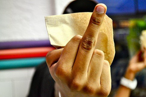 Cum sa fii arestat in Dubai middle finger