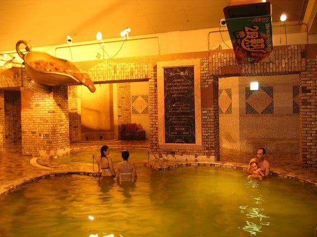 Hakone: Yunessun Spa Resort – baie fierbinte in vin si sake baia romana