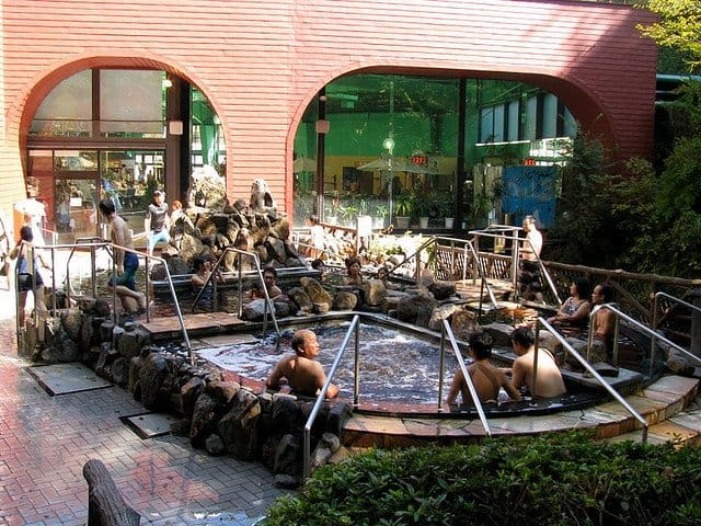 Hakone: Yunessun Spa Resort – baie fierbinte in vin si sake bazin