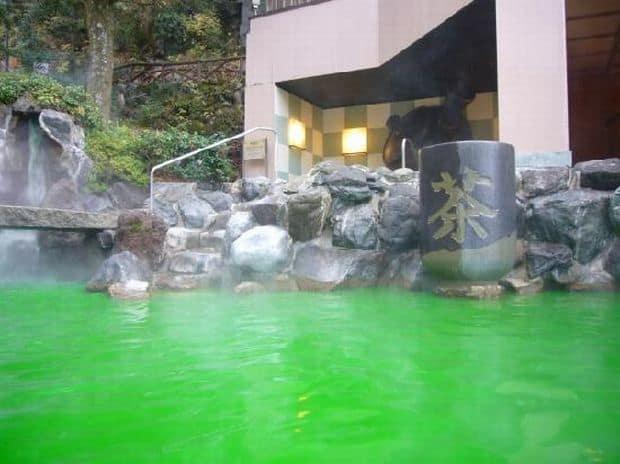 Hakone: Yunessun Spa Resort – baie fierbinte in vin si sake ceai verde