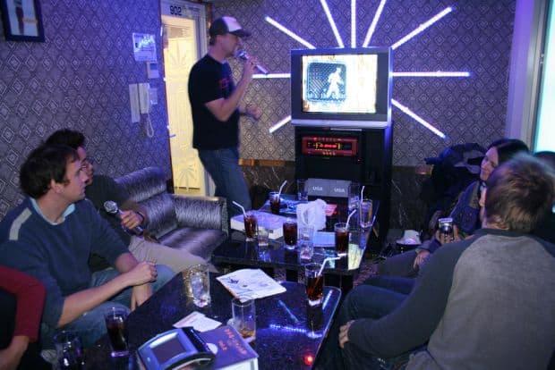Obiceiuri sociale japoneze (1) Distractiile: pachinko si karaoke karaoke