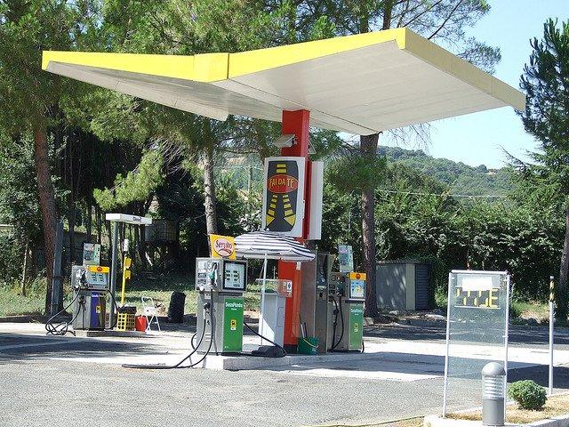 Reguli de sofat in Italia statie benzina