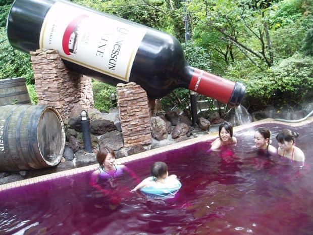 Hakone: Yunessun Spa Resort – baie fierbinte in vin si sake vin