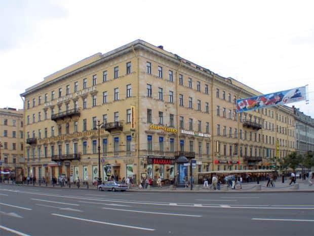 Superbul bulevard Neva, din St. Petersburg prima cafenea