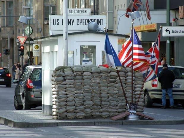 Berlin Berlin - 5 argumente pentru un turist curios Checkpoint Charlie