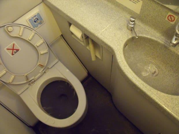 Cele mai murdare lucruri pe care le atingi cand calatoresti toaleta
