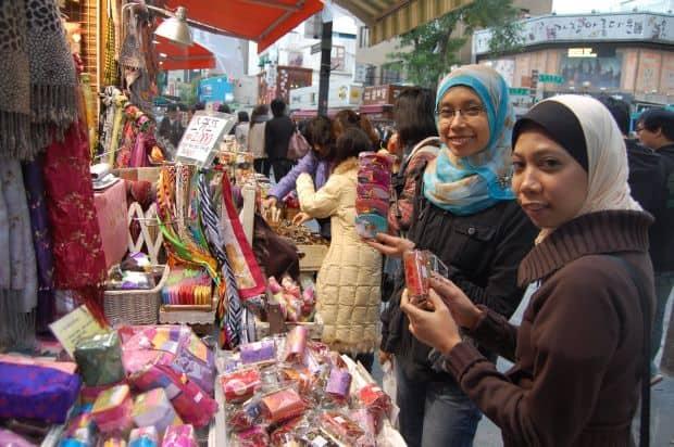 Insadong, o artera populara, inclusiv printre amatorii de suveniruri seul Seul, un oras gangnam style Insadong