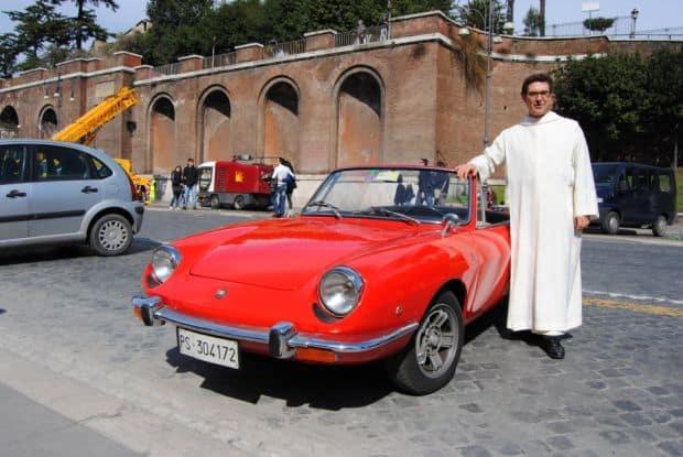 Sfintirea masinilor e... sacra in Roma roma Evenimente si festivaluri in Roma Blessing of the Cars