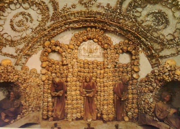 Inspaimantatoarea cripta a capucinilor