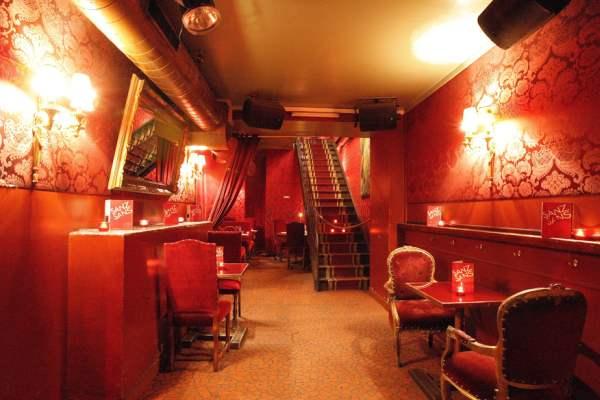 Clubul decorat ca un bordel este locul unde vei putea vedea cu ochii tai cum sunt decorate astfel de stabilimente. viata de noapte in paris Viata de noapte in Paris Sanz Sans