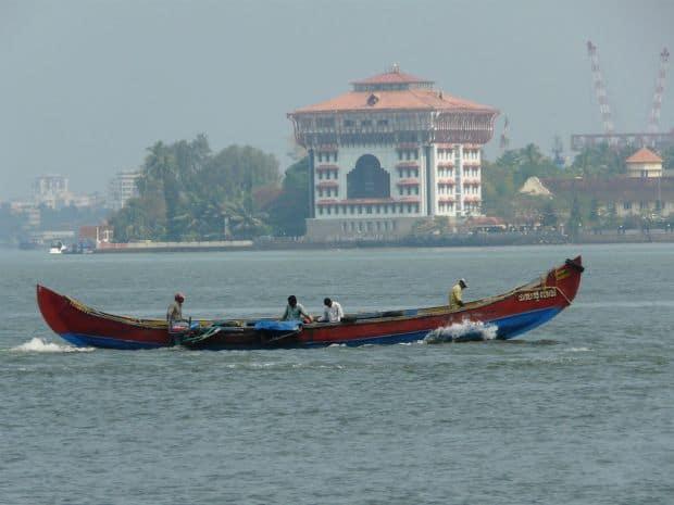 Cu barca, pe langa Kochi kerala Minighid al statului Kerala din India kochi