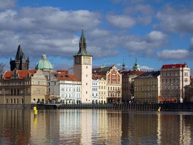 Praga este un oras spectaculos, pe care trebuie sa il vezi la pas.