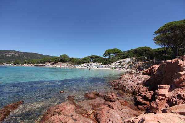 Stancile de granit rosu de pe plaja Palombaggia sunt un adevarat spectacol. Foto: Rene Vermunt