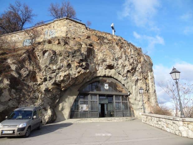 Biserica din pestera dealului Gellert  Cele mai fascinante biserici din lume Gell  rt Hill Cave