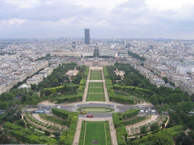 Le Champ de Mars - la umbra turnului Eiffel