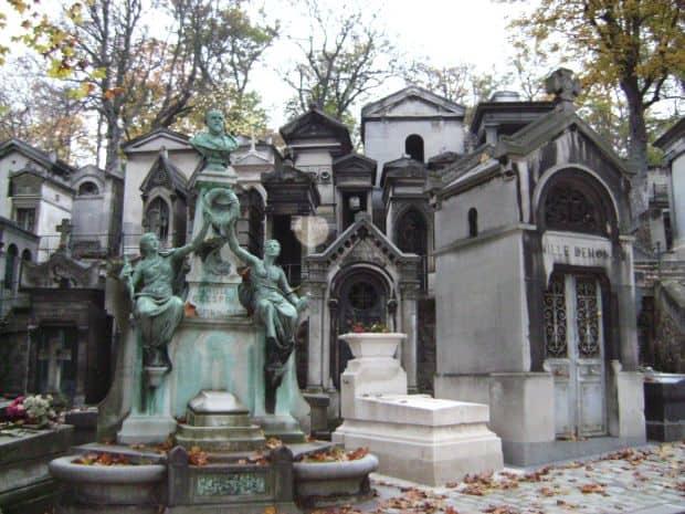 Cauta=l pe Jim Morisson in cimitirul Père Lachaise