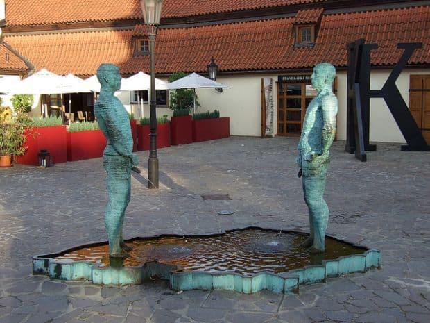 Cehi bizari fantani arteziene Cele mai indecente fantani arteziene din lume Proudy Prague
