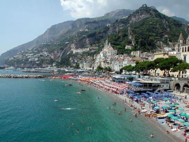 Plaja amalfitana - desprinsa din Paradis  Coasta Amalfi, splendoarea vestica a Italiei amalfi beach
