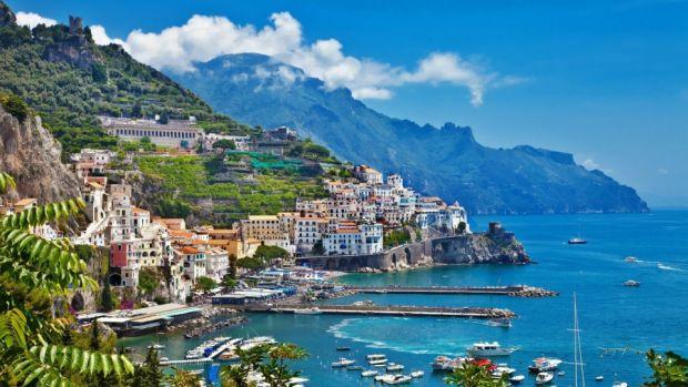 Coasta Amalfi, aglomerata dar superba  Coasta Amalfi, splendoarea vestica a Italiei amalfi
