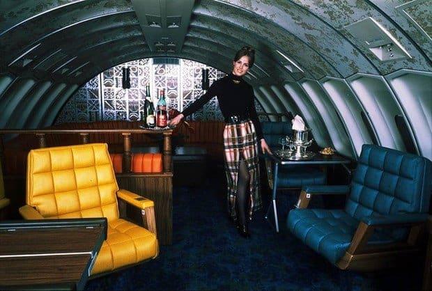 Stewardesa la bordul unui Boeing 747, nava apartinand United Airlines, la inceputul anilor 70.