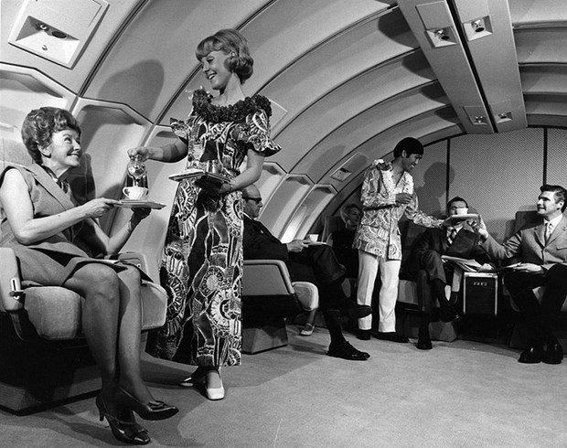 O reclama din anii 70 pentru United Airlines arata serviciile pe care le primeau pasagerii de la Clasa I. Vestimentatia insotitoarelor de zbor arata ca avionul se indreapta spre o destinatie exotica, precum Hawaii.