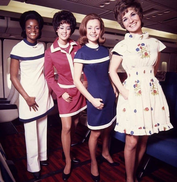 Modele de uniforme pentru stewardesele de pe American Airlines, la inceputul anilor 70.