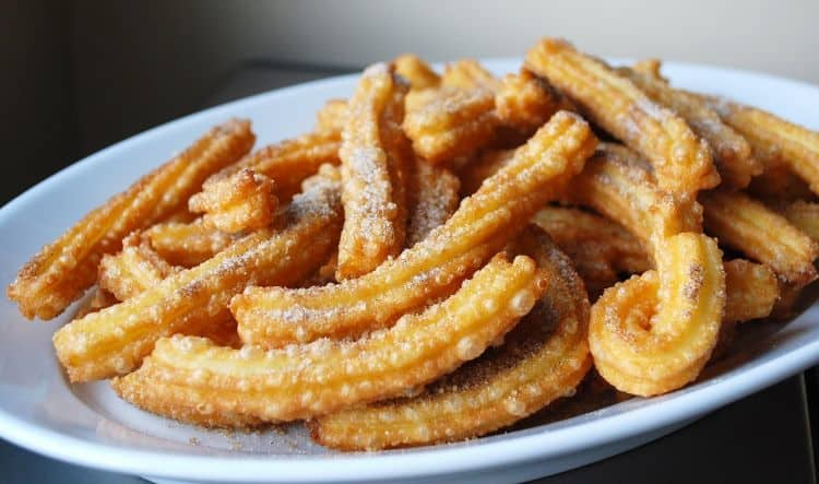 Churros. Ii gasim si pe la noi. 12 mancaruri internationale pe care nu trebuie sa le ratezi 12 mancaruri internationale pe care nu trebuie sa le ratezi churros