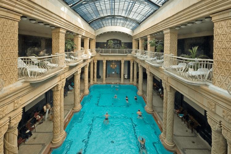Stilul Art-Nouveau face ca arhitectura bailor Gellert sa fie una de exceptie