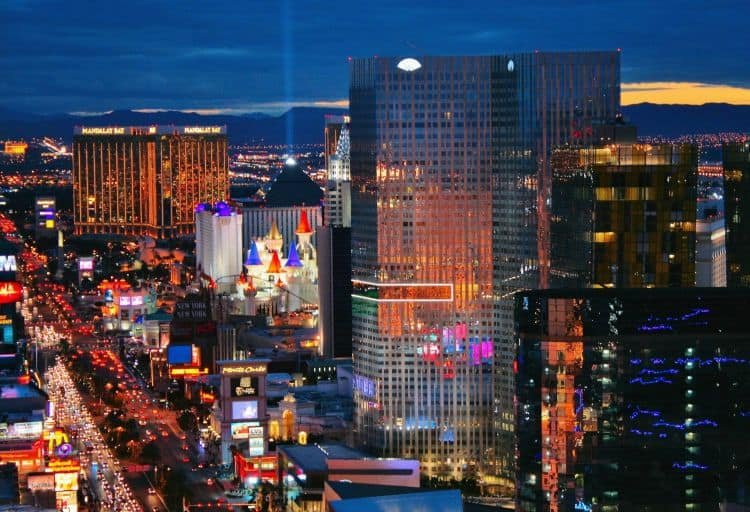 Fie si o simpla plimbare nocturna prin Las Vegas e un spectacol. Gratuit.
