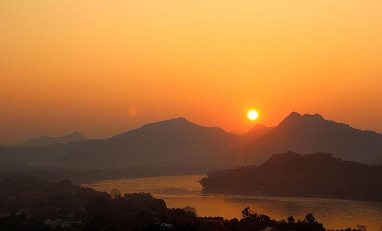 Apus de soare în Luang Prabang (Foto: www.coupleofyuppies.com) indochina In cautarea comorilor din Indochina sunset