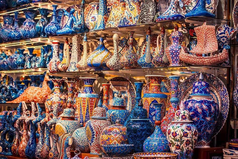 Istanbul - la plimbare prin bazar. Foto: Shutterstock istanbul Istanbul: Top 5 activități romantice de încercat într-un city break Istanbul shutterstock 243564946
