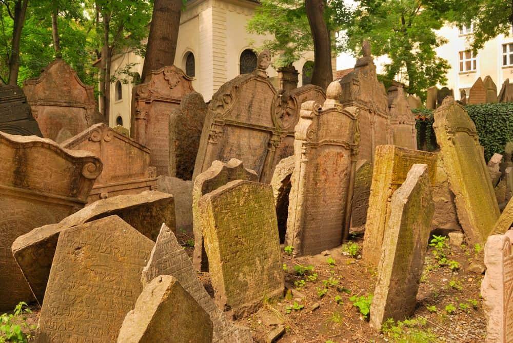 Praga - Cimitirul Evreiesc. Foto: monysasu / Shutterstock.com