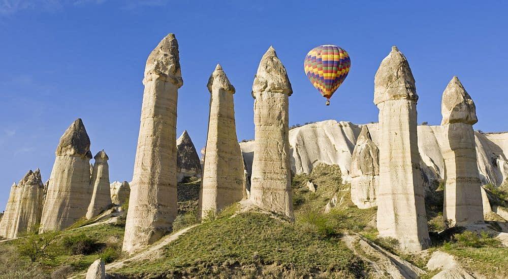 """Zânele"" din Cappadocia. Foto: shesnotpedallingontheback.com"