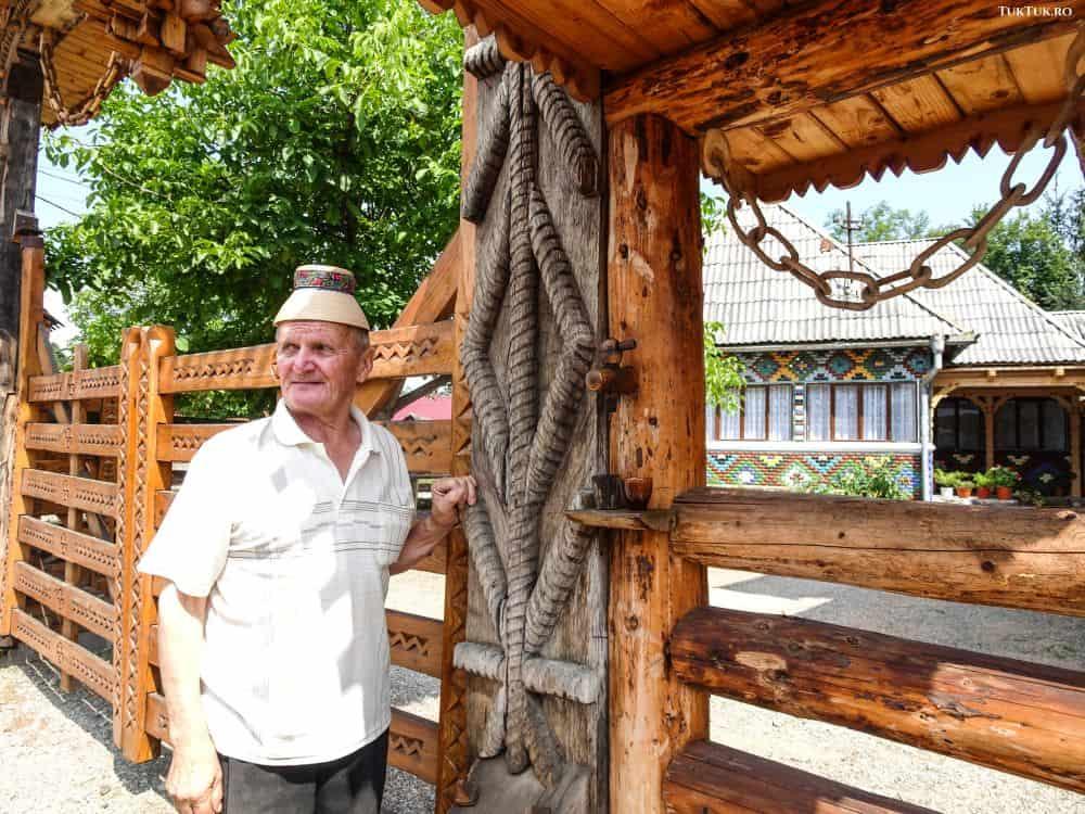 Nea Gică Opriș și robinetul cu palincă de la poarta casei lui