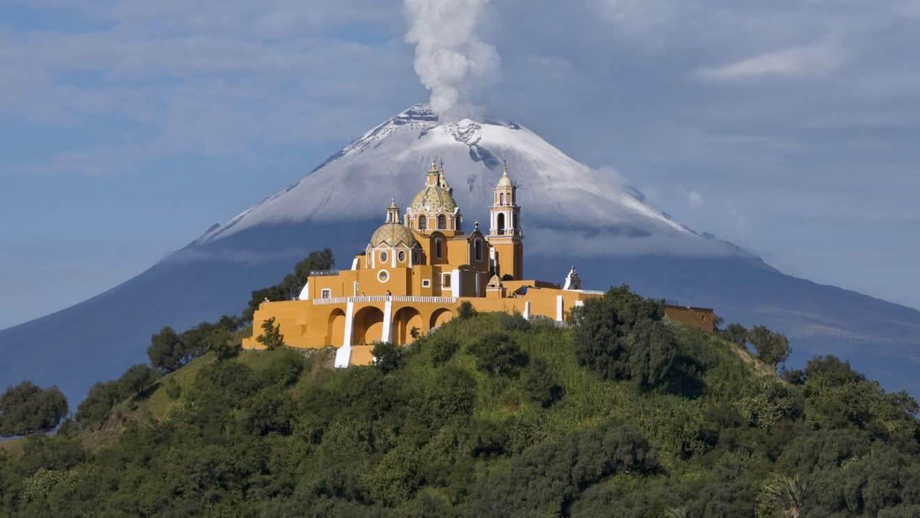 Orașul Puebla și vulcanul Cuexcomate. Foto: intermodalair.gr