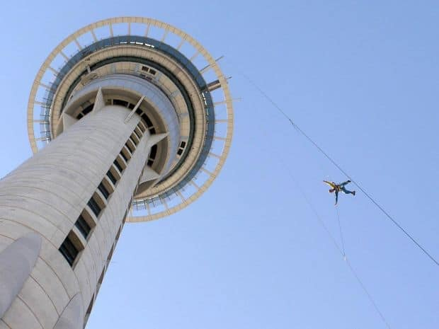 Base jumping din Sky Tower