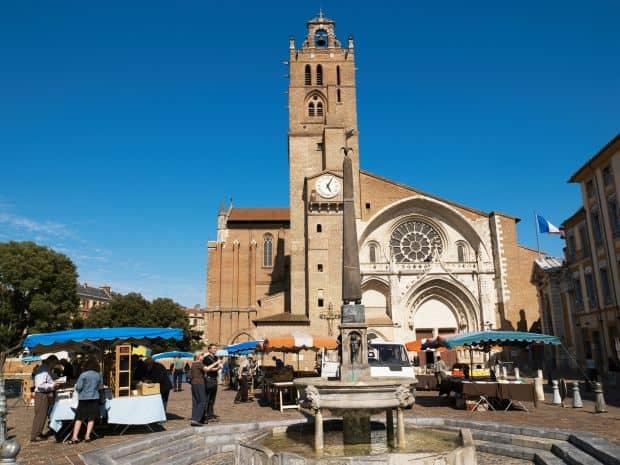 Catedrala St. Etienne, ajunsa cu greu, de-a lungul secolelor, in forma finala