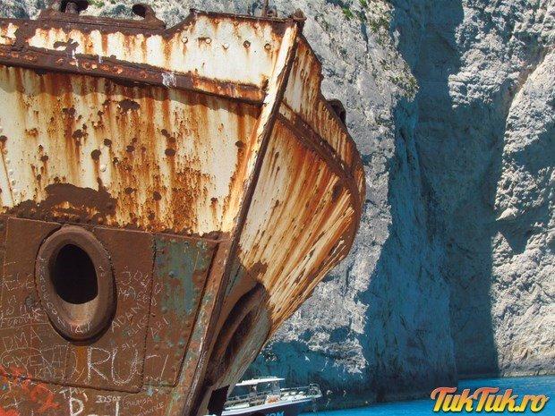 Epava deja legendara de pe plaja Navagio