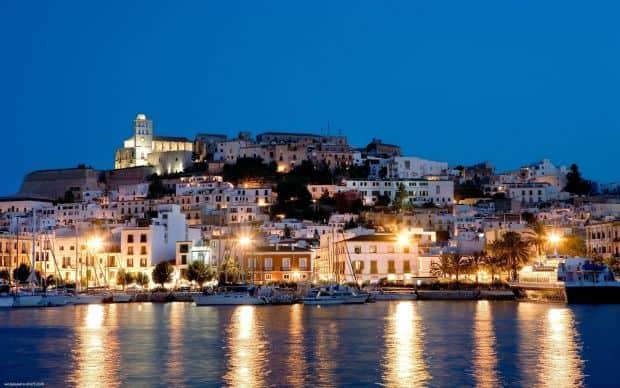 Noaptea, Ibiza canta, rade si danseaza