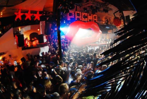 Nebunie in celebrul club Pacha
