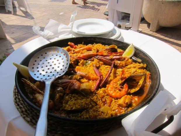 Paella pe plaja: yummy!