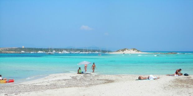 Plaja alba si namol pe insulita Es Palmador