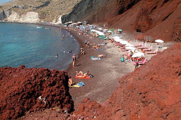 Plaja rosie din Santorini