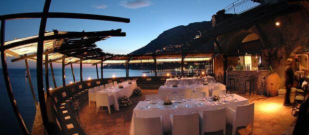 Savureaza bucataria italiana dintr-un restaurant cu vedere la coasta amalfitana