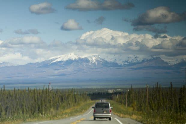 Sofatul prin Alaska poate fi romantic, atata vreme cat nu ramai inzapezit