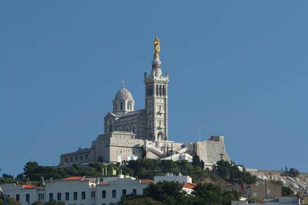 Catedrala Notre Dame de la Garde domina orasul