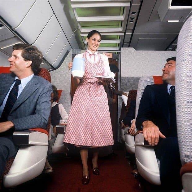 Uniforma stewardeselor de pe Delta Airlines, intre 1979-1983