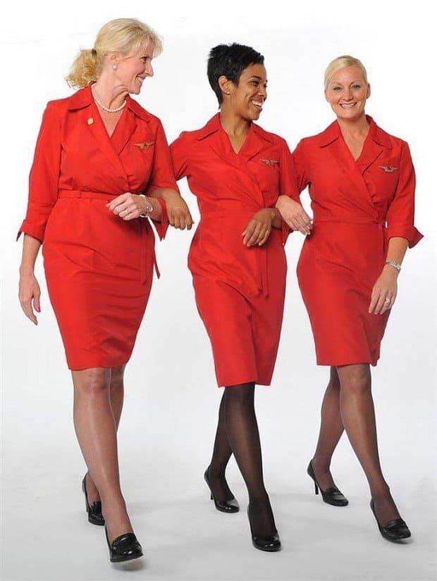Stewardese de pe Delta Airlines purtand uniforme Richard Tyler, in 2006