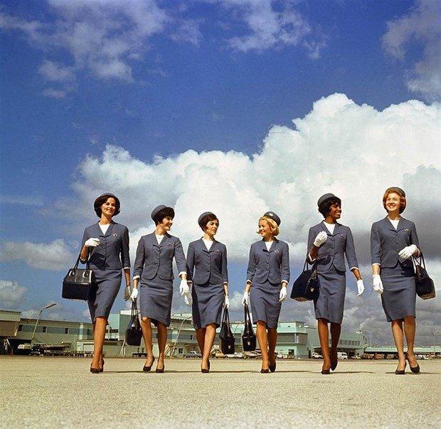 Grup de stewardese de la Delta Airlines - costumele din perioada 1965-68