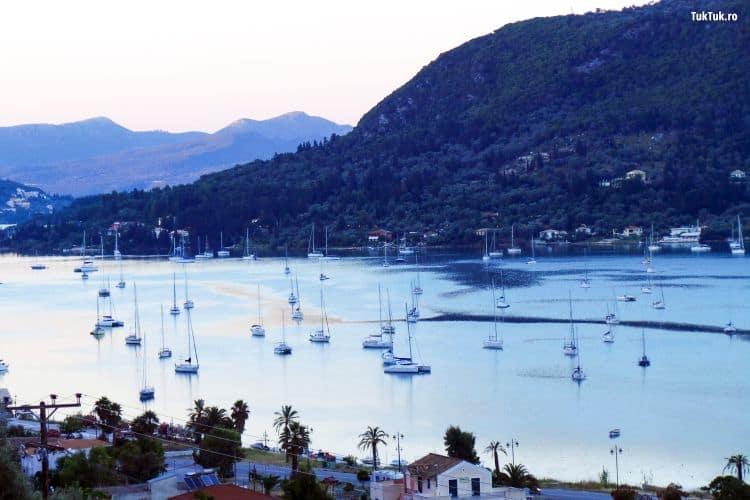In Lefkada gasesti cazare in orice parte a insulei. Aici, o panorama asupra unui golf din sudul insulei, pe drumul spre Vassiliki